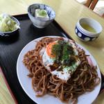 和田屋 - 焼きそば600。冷奴、白菜浅漬が付きます。
