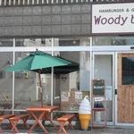 ウッディーベル - 店舗前には、木製ベンチとテーブルがあります。