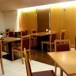 レストラン 彩巴 - 店内奥のテーブル席