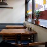 集来 - 内観・奥・窓側のテーブル