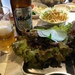 味ちゃん - サンチュやらビールやらで卓上は混雑!