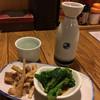 峰岸 - 料理写真:熱燗(男山)、お通し(菜の花辛し和え、メンマとささみ)