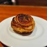 前芝料理店 - シカのつけ合わせは焼いた甘ーい玉ねぎをドッカーン。