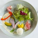 45763179 - :味の濃い根菜のガーデンサラダ 生ハムとボッコンチーニ モッツァレラ