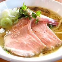 麺や 鳥の鶏次 - 鶏そば(塩)760円…鶏次の定番!朝びきの国産鶏を8時間以上炊き込んで作った純系の鳥パイタンスープは、濃厚でとろりとしていながらも柔らかい口当たりです。