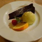 45873263 - チョコレートケーキ、ピスタチオのジェラート