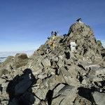 岳沢小屋 - 奥穂高岳山頂を振り返る