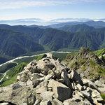 岳沢小屋 - 前穂高岳山頂から見下ろす梓川