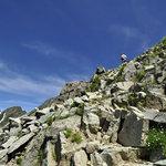 岳沢小屋 - 降りてきた道を少し見上げる