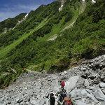 岳沢小屋 - 岩がゴロゴロの沢を渡る