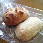 4591864 - (左)クリームチーズとクランベリー。(右)レモンのパン