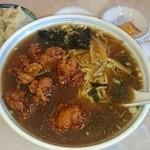 中華料理 来集軒 - 名物のシュウマイと鶏唐揚げラーメン。