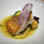 タストゥー - 黄ハタのポワレ サフラン風味の貝のブイヨン