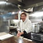 創作串揚 つだ - 美しい厨房とオーナーの津田さん