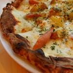 源流レストラン - 小菅ジャガイモと粗挽きソーセージのクリームピッツァ(1290円)