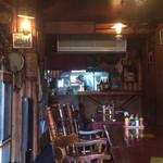 カウボーイ - ウェスタン調の店内  天井には星条旗が