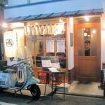 博多ダイナー 琉 - 大きな提灯と古いスクーターが目印です