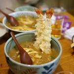香川 - カレーうどんに海老天