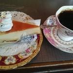 オリエント時計台 - 料理写真:ケーキセット  チーズケーキとホット珈琲 700円税込