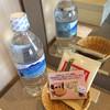 ホテル ココ・グラン - ドリンク写真:お水とお菓子が