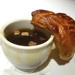 メゾン ポール・ボキューズ - 1975年にエリゼ宮でV.G.E.に捧げたトリュフのスープ