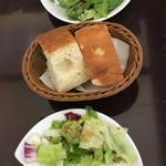 ピッツェリア ブル - ランチセットの手作りパンとサラダ