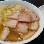 坂内 - 焼豚ラーメンにワンタン、玉ねぎをトッピング。