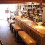 cafe TATI - 店舗中央より自慢のウッドカウンター