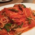 ピッツェリア メリ プリンチペッサ - ランチのパスタ 春菊とツナのトマトソース 大きなツナが入ってておいしかったー!スープ・サラダ・フォカッチャ・ドリンク付で1000円
