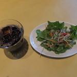 トラットリア パパミラノ - アイスコーヒーとサラダ