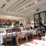 ラ・メール・プラール - レストランルームです。 オープンキッチンになっていて、玉子の泡立てやオムレツを焼いているところが見えます。