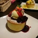ベビーフェイスプラネッツ - 料理写真:ベリーベリーパンケーキ ¥680