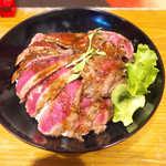 the 肉丼の店 - 極上やわらかステーキ丼(¥1000)。ピンク色の肉色が美しい!