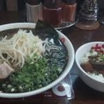 なんつッ亭 - 黒マー油のラーメンとミニチャーシュー丼