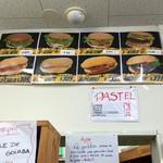 ジョンズ マーケット - バーガーメニューは、パン販売棚の上に。