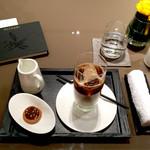 46497830 - 2016 ノンカフェインのカフェラテ900円美味(タリーズと同じぐらい美味)。17時迄なら2000円のケーキセットあり。単品は1400〜。チョコは1粒1000円〜。