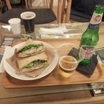 モノクル カフェ - 一番安いビールが880円