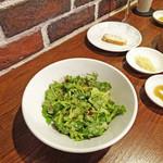 京鼎樓バル - 定番:シャン菜のサラダ