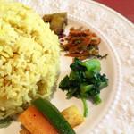 らくしゅみ - 4種の惣菜もナスなどを軽く酢漬けにしたアチャール様や軽く炒めた根野菜のタルカリ様