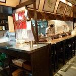 大富士 - カウンターでは職人さんが準備に余念がありません。