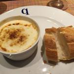 キャトルラパン - スープとパン    写真を撮る前にパンを割ってしまいました