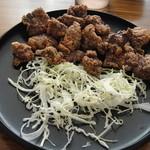 鯨食堂 - 料理写真:竜田揚げです。キャベツはもう少し欲しいかな。
