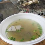 唐泊恵比須かき小屋 - 寒い日だったので、ゆっくり牡蠣を焼いている間に、かき汁100円も頂きました。牡蠣の身は2個入ってました。