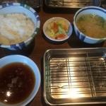 天ぷらの山 - 先ず、ご飯、味噌汁、天つゆ、漬物がセッティングされ…