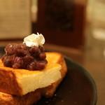 Cafe KOTO - 食感の良い食パントーストに大納言をON!