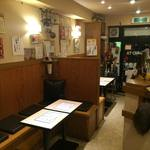 幸乃や イザカヤ - 敷居のあるプライベートな空間で、テーブル席もあります。
