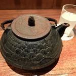 """鳥茂 - 201512 日本酒は南部鉄瓶で提供される。創業当時はGHQ統治下でお酒が配給制だったので、""""お茶""""と言ってヤカンで隠れてお酒を出していた名残だそう。"""
