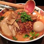 七志 とんこつ編 - 201601 期間限定「激辛三昧」(918円)。タケノコと煮玉子はクーポンの追加トッピング。