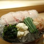 麻布 かどわき - ヒラメ刺身、肝と塩のタレ2種
