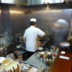 46670930 - いつもご主人お一人で厨房をこなしておられます。